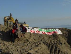 Activistes del GOB contra la regeneració a la platja de Can Picafort.